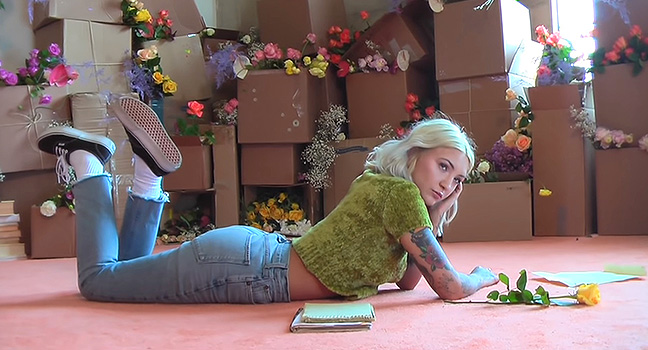 Νέο Music Video   Julia Michaels – Apple